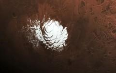 Científicos hallan por primera vez agua líquida y salada en Marte, bajo una capa de hielo